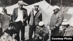 Krasnıy Ray köyü yanında qırımtatarlarnıñ çadır lageri. 18 saattan soñ uquq qoruyıcılarnıñ ücüminden soñ lager dağıtılacaq. 1992 senesi iyülniñ 9-ı