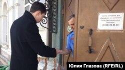 Акция тюменцев против блокировки мессенджера Telegram: руководителю управления Роскомнадзора передают бумажные самолетики