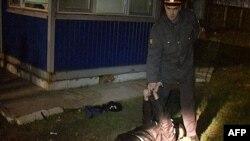 Polisiýa wekili alty adamy atyp öldürmekde güman edilýän Sergeý Pomazuny ele salýar, Belgorod, 24-nji aprel, 2013.