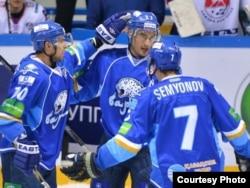 Хоккеисты «Барыса» празднуют очередную победу в сезоне. Астана, 15 октября 2013 года.