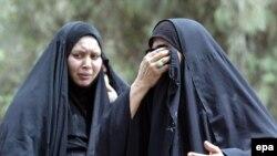 نسوة عراقيات يبكين أحباءً لهن راحوا ضحية إنفجار في بغداد