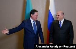 Gazagystanyň premýer-ministri Askar Mamin (çepde) hem onuň Russiýaly kärdeşi Mihail Mişustin. 2020-nji ýylyň 31-nji ýanwary.