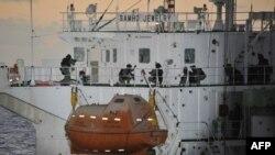 Южнокорейские морские пехотинцы штурмуют захваченное сомалийскими пиратами судно