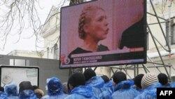 Прихильники Пртії регіонів слухають виступ Юлії Тимошенко у Вищому адміністративному суді. Київ, 19 лютого 2010 року