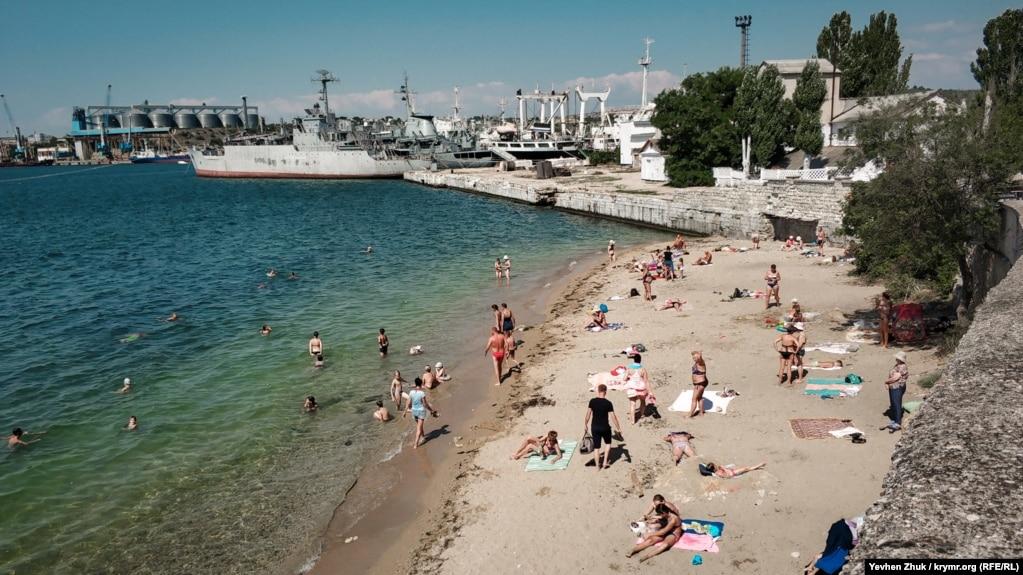 В Угольной бухте находится единственный песчаный пляж на Корабельной стороне Севастополя. Его длина около 50 метров, а ширина в разных местах от 5 до 15 метров. На причале – российский военный корабль