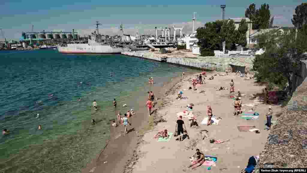 У Вугільній бухті розташований єдиний піщаний пляж на Корабельній стороні Севастополя. Його довжина приблизно 50 метрів, а ширина в різних місцях – від 5 до 15 метрів. На пристані – російський військовий корабель