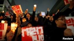 Оңтүстік Корея президенті Пак Кын Хенің отставкаға кетуін талап етіп шеруге шыққандар. Сеул, 5 қараша 2016 жыл.