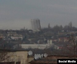 Будинок у Севастополі, що похилився після вибуху