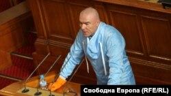 Зам.-председателят на парламента Веселин Марешки със защитно облекло в старата пленарна зала по време на извънредното положение заради пандемията от коронавирус
