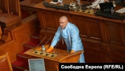 Веселин Марешки во Бугарското националното собрание, облечен против коронавирус