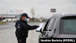 Policia e Kosovës duke kontrolluar vetura, në kohën kur ishin në fuqi masat e kufizimit të lëvizjes. Fotografi nga arkivi.