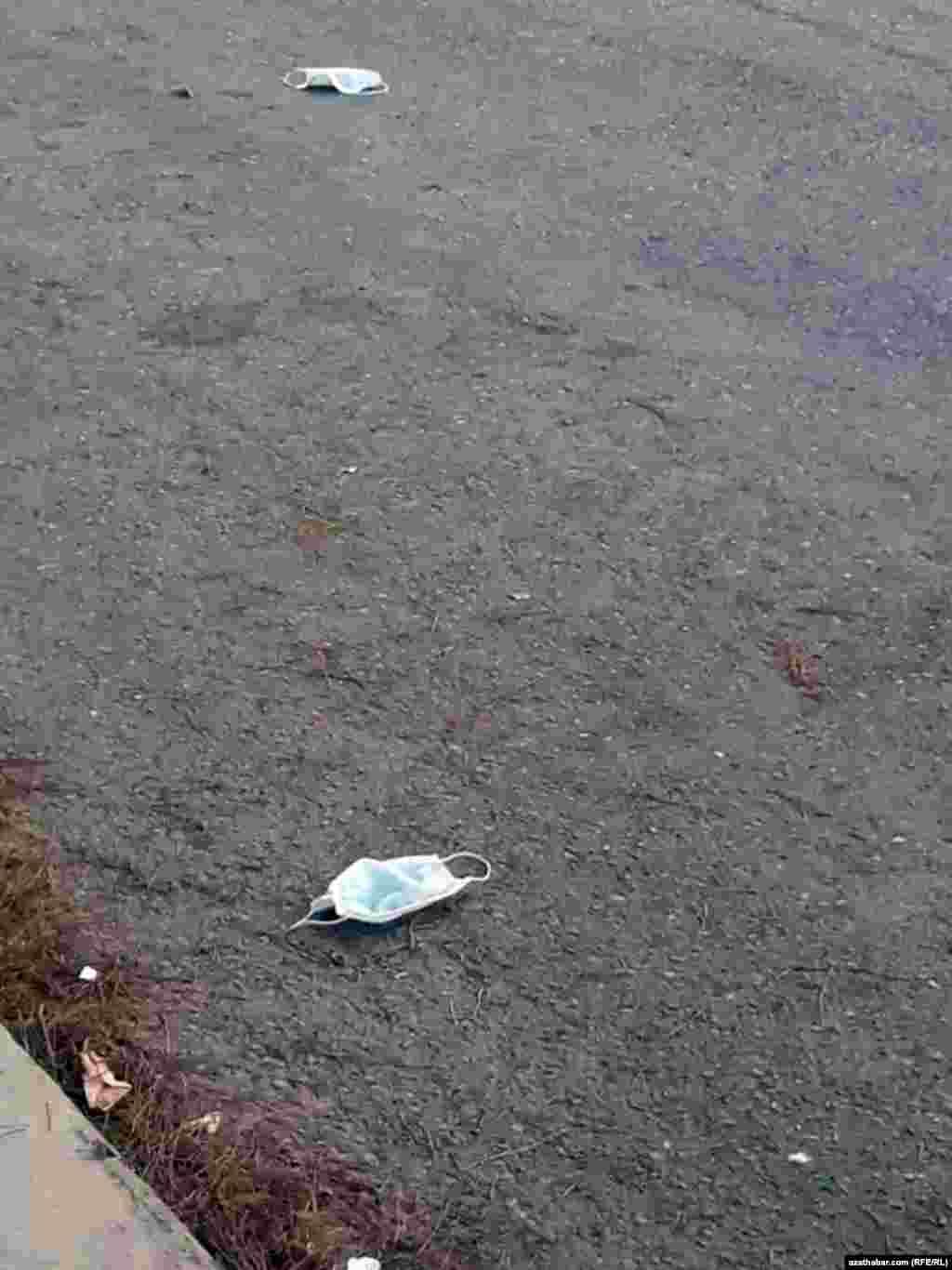 Использованные маски на улице,Ашхабад, Июль, 2020.