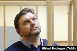 По одной из версий, скандал вокруг обвинения в получении взятки губернатором Кировской области Никитой Белых мог быть связан с принудительным сбором средств в одну из некоммерческих организаций накануне избирательной кампании