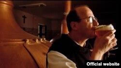 Монах-траппист пробует пиво, сваренное в бельгийском аббатстве Орваль