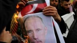 """Курды, живущие на Кипре, сжигают портрет Владимира Путина, которого они считают покровителем турецкой операции """"Оливковая ветвь"""""""