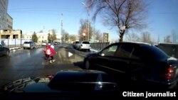 Скриншот с видео, на которой зафиксировано, как водитель «Мерседеса» на пешеходном переходе в Бишкеке едва не сбил двух девочек.