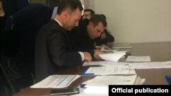 """Pamje gjatë procesit të nënshkrimit të kontratave të ish-pjesëtarëve të së ashtuquajturës """"Mbrojtje Civile"""""""