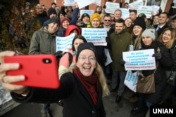 Виконувач обов'язків міністра охорони здоров'я Уляна Супрун фотографується з учасниками акції на її підтримку біля будівлі Окружного адміністративного суду міста Києва, 15 лютого 2019 року