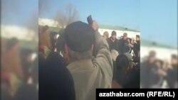 Очередь перед банком в Лебапском велаяте Туркменистана, 2018