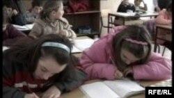 Djeca u školama, zavisno od toga po kojem školskom programu pohađaju nastavu, uče srpski, hrvatski ili bosanski jezik.