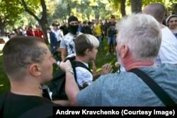 Гліб Гаранич (п) витягує підлітка з рук татуйованого нападника (л)