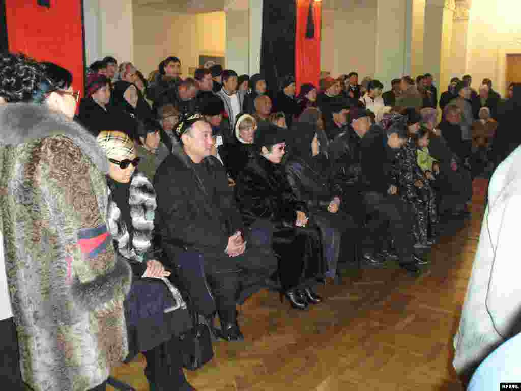 Церемония прощания с Заманбеком Нуркадиловым в день его похорон. Алматы, 15 ноября 2005 года. - Церемония прощания с Заманбеком Нуркадиловым в день его похорон. Алматы, 15 ноября 2005 года.