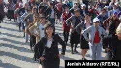 Баткен шаарында бийлеген аялдар.