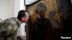 Игорь Стрелков, командир пророссийских сепаратистов в Украине, целует икону. 10 июля 2014 года.