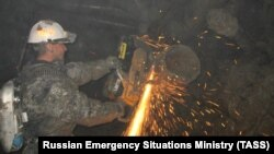 "Спасатели работают в шахте ""Мир"""