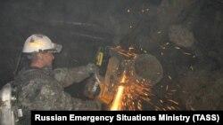 Pamje gjatë punës së një pjesëtari të ekipeve të kërkimit për minatorët e zhdukur në minierën e diamanteve në Siberi