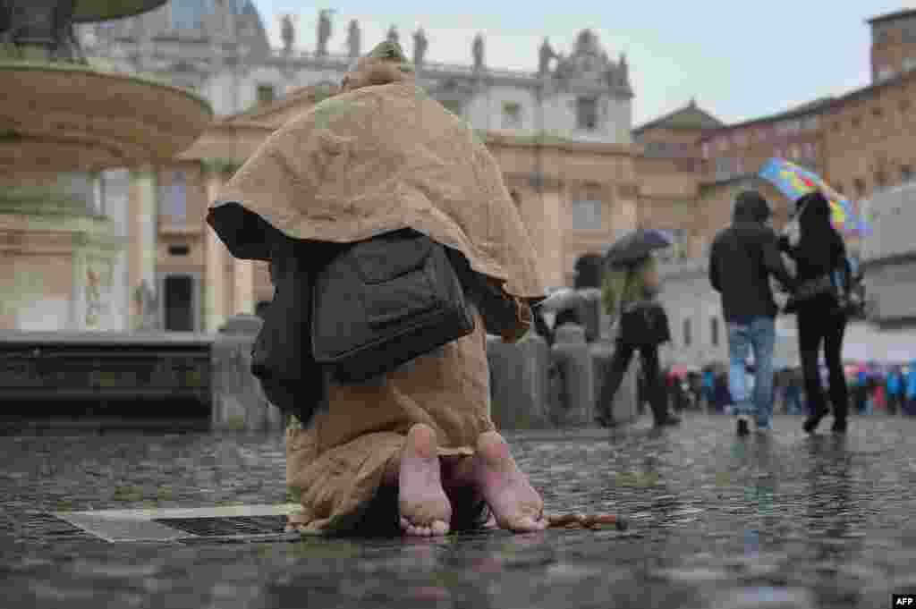 Віруючий молиться на колінах на площі Святого Петра під час конклаву у Ватикані, 13 березня 2013 року