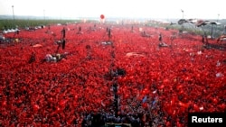 Митинг на площади, организованный сторонниками партии президента Эрдогана. Стамбул, 7 августа 2016 года.