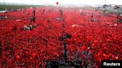 Участники митинга «Демократия и мученики» с флагом Турции в руках. Стамбул, 7 августа 2016 года.