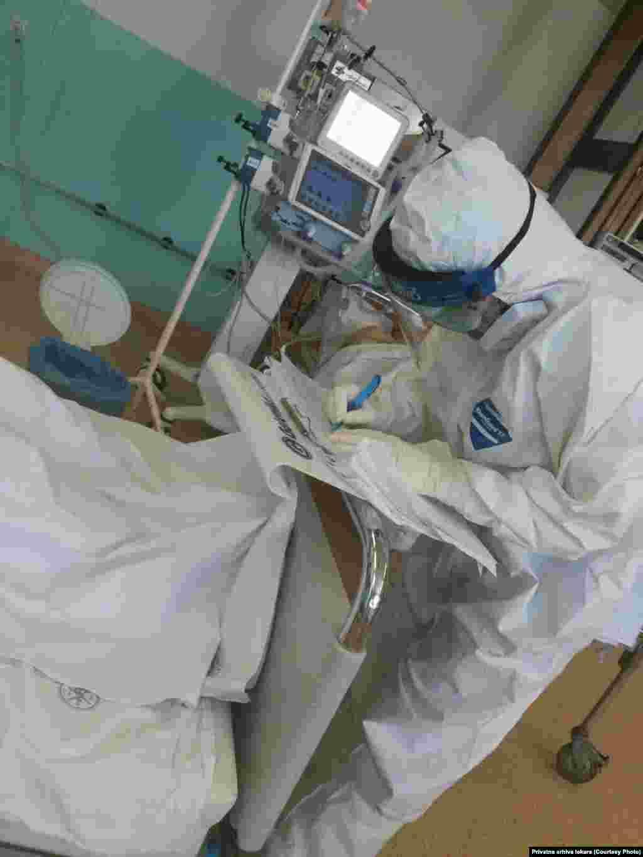 Pisanje anamneze sa četiri para rukavica, COVID bolnica Kliničkog centra u Nišu, doktor Aleksandar Nikolić.