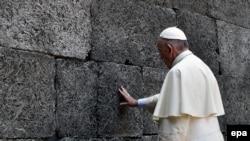"""Папа римский Франциск у """"стены смерти"""""""