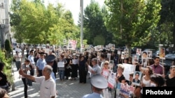 Участники акции протеста перед зданием Генеральной прокуратуры, Ереван, 8 сентября 2011 г.