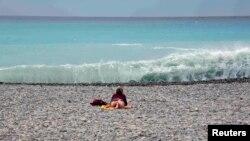 Пляж в Ницце. Архивное фото