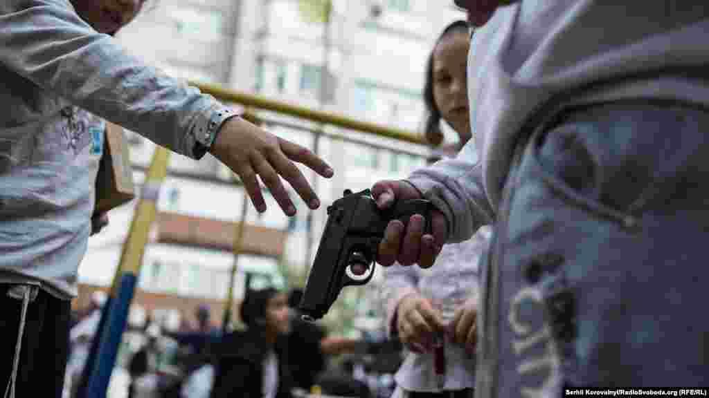 Пистолеты необычайно популярная игрушка среди детей хасидов. Кроме того, рогатки и другое оружие