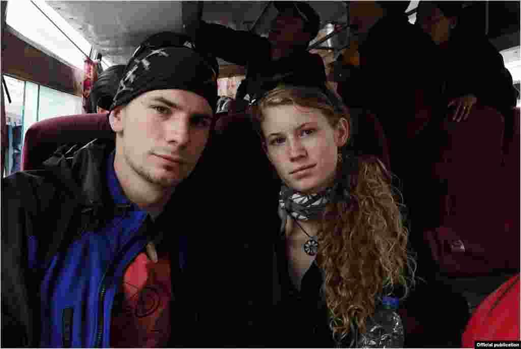 Михал Чабела со своей девушкой в одном из районных автобусов на севере Таджикистана