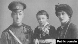 Фотография счастливой семьи. Лев Гумилев с родителями, 1915