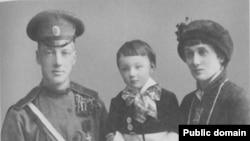 Анна Ахматова и Николай Гумилев с сыном Львом, 1915 год