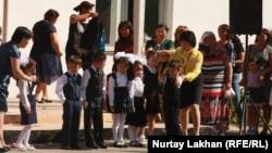 Учителя и учащиеся на школьной линейке. Алматинская область, сентябрь 2014 года.