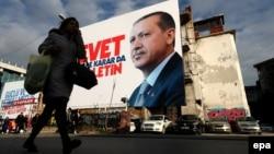 İstanbulda AKP-nin referendum plakatı.