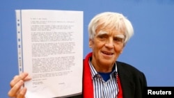 Ханс-Христиан Штрёбеле с письмом от Эдварда Сноудена в руках