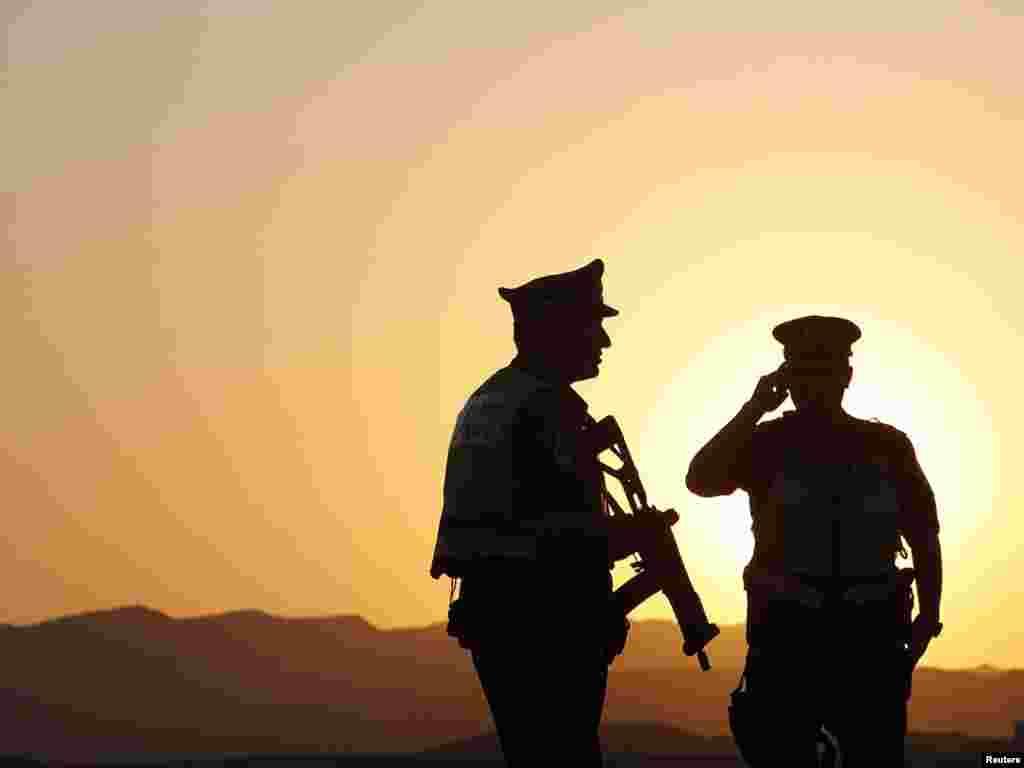 Патрульні ізраїльської служби безпеки охороняють придорожній контрольно-пропускний пункт, 18 серпня. Photo by Ronen Zvulun for Reuters