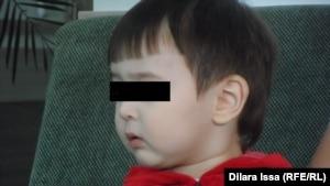 Полуторагодовалый Данила, розыском матери которого занималась полиция. Шымкент, 9 апреля 2015 года.