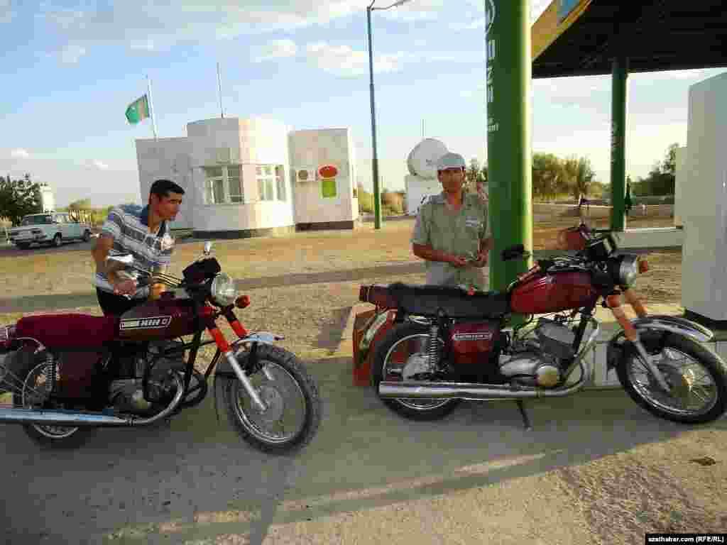 Motosikletli ýigitler