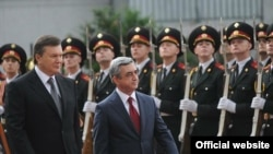 Ukraine -- Ukrainian President Viktor Yanukovich (L) and his visiting Armenian counterpart Serzh Sarkisian inspect an honor guard, Kiev, 01Jul2011