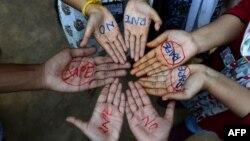Studentet në një kolegj në Indi protestojnë kundër dhunës seksluale ndaj grave.