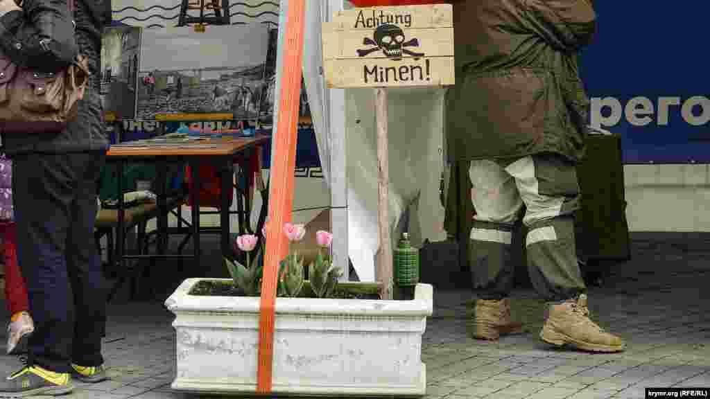 Табличка «Обережно – міни!» біля макета протипіхотної міни